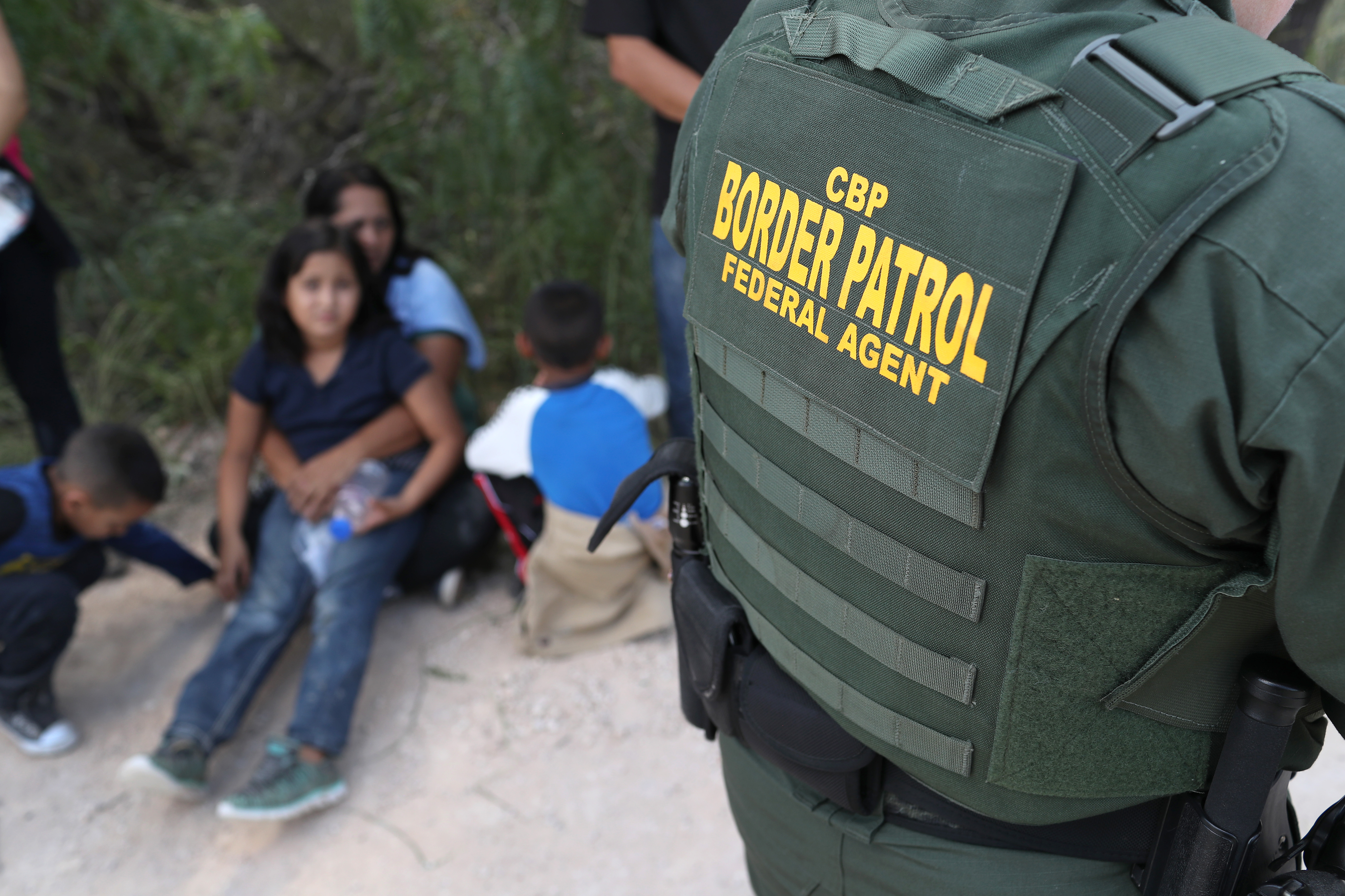 immigration agents take child from mom - 1188×735